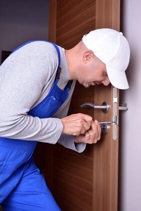 Monteur öffnet Tür